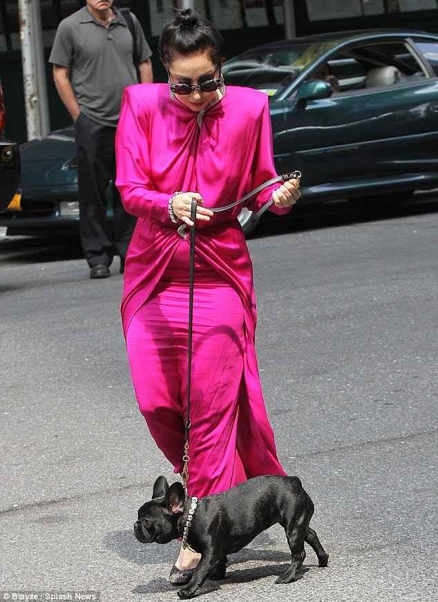 لیدی گاگا در حال قدم زدن با سگش